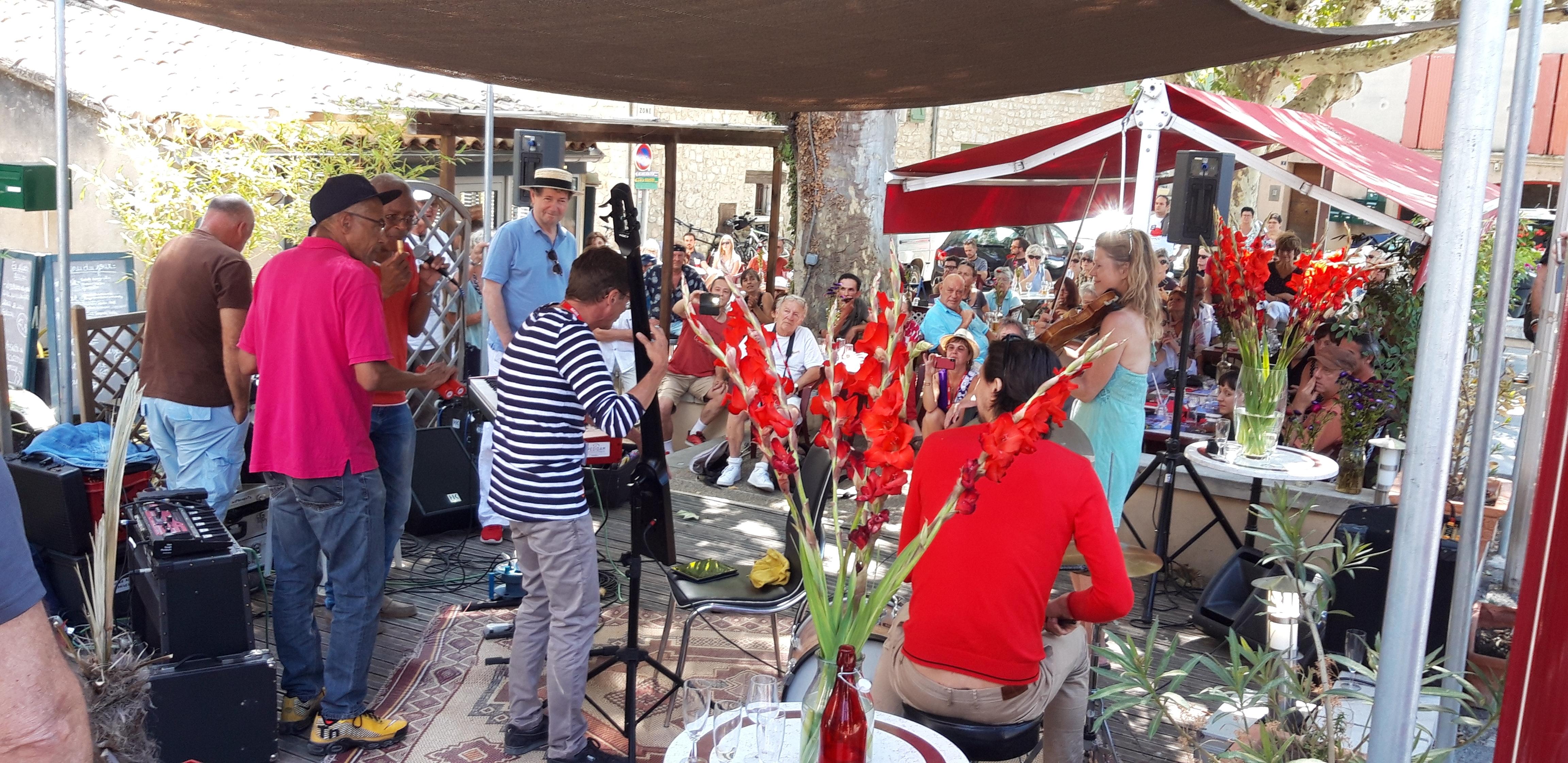 2019 : La violoniste Line Kruse rejoint le groupe mené par Alain Brunet au café Saint Julien pour un boeuf improvisé à Buis les Baronnies