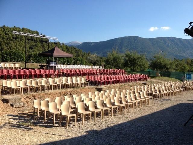 Avant l'arrivée du public : l'espace-scénique-de-La-Palun-Buis-les-Baronnies-août-2013-dominé-par-le-Mt-Ventoux