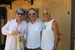 2017-Alain-Brunet-président-du-festival-arborant-avec-ses-amis-les-lunettes-Parfum-de-jazz