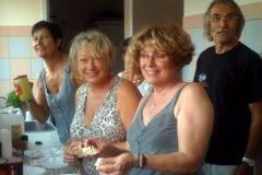 2011: Une partie de l'équipe du catering est dans la cuisine de la salle des fêtes de Buis les Baronnies pour préparer les repas des bénévoles et des artistes.